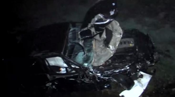 A szalagkorlátot átszakítva egy patakba zuhant a 26 éves autós