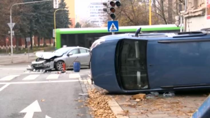 Kislányt és édesanyját kellett kórházba szállítani, miután két autó ütközött
