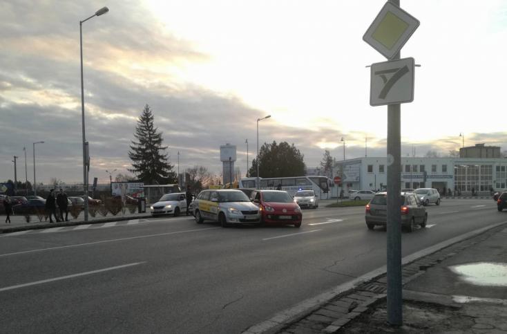 Két autó ütközött a dunaszerdahelyi buszállomásnál