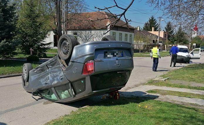 BALESET: Két autó ütközött, az egyik a tetejére borult Apácaszakállason