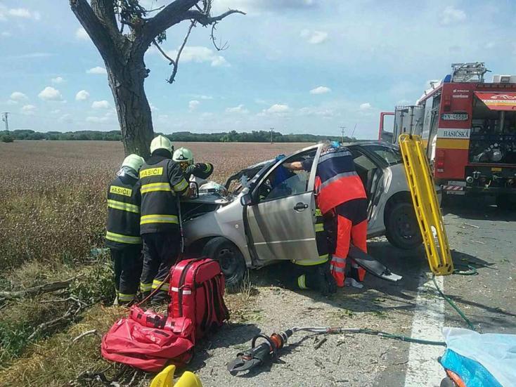 SÚLYOS BALESET: Fának csapódott egy autó a 63-as úton, sofőrjét mentőhelikopter szállította kórházba