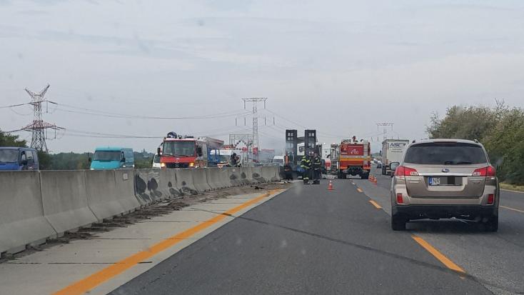 TÖMEGBALESET: Kamion repült át a betontömbökön, több jármű ütközött Szencnél