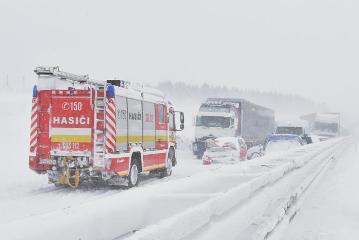 A reggeli tömegbaleset mérlege: 50 autó, 24 sérült, 2 súlyos