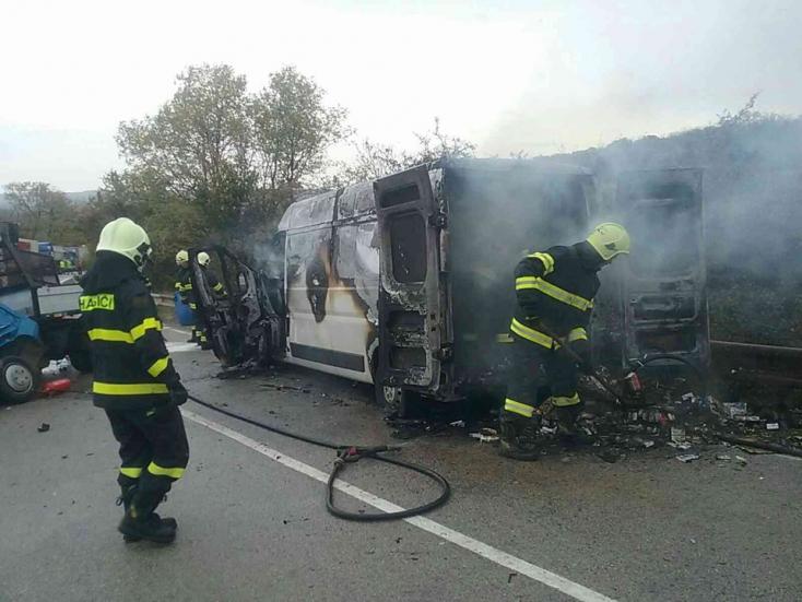 TRAGÉDIA: Lángba borult a furgon, miután egy másikkal ütközött - két halott!