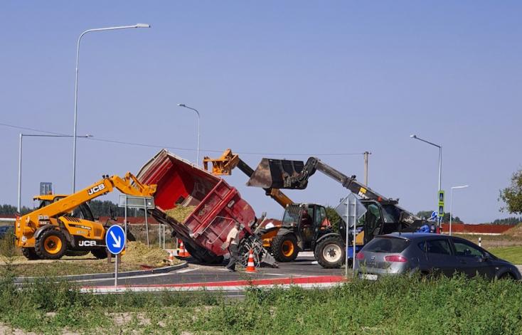 Felborult egy traktor utánfutója az egyházgellei körforgalomban