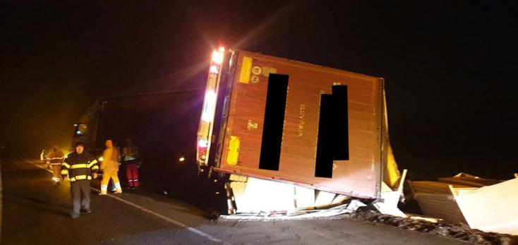 Felborult kamion zárta el az utat Felsőszeli és Taksony között