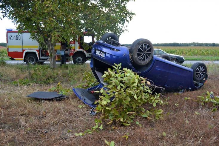 BALESET: Lerepült az útról és a tetején landolt egy Fiat Nagyabonynál
