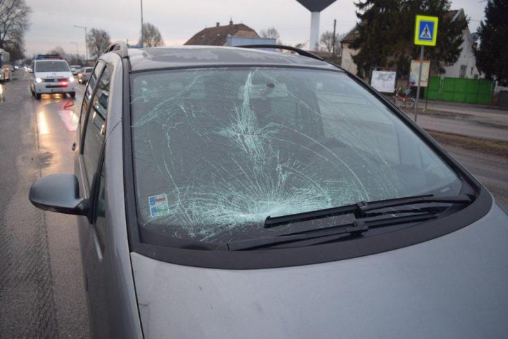 Súlyos baleset: Babakocsit toló nőt gázolt el egy autó, a gyerek kizuhant az útra
