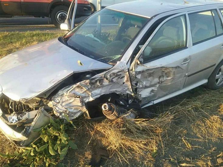 BALESET: Kamionnal ütközött egy Octavia Gellénél a 63-ason!