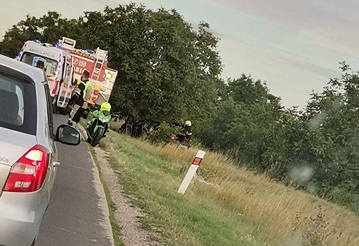 SÚLYOS BALESET: Fának hajtott egy autó Lég mellett, mentőhelikoptert is riasztottak!