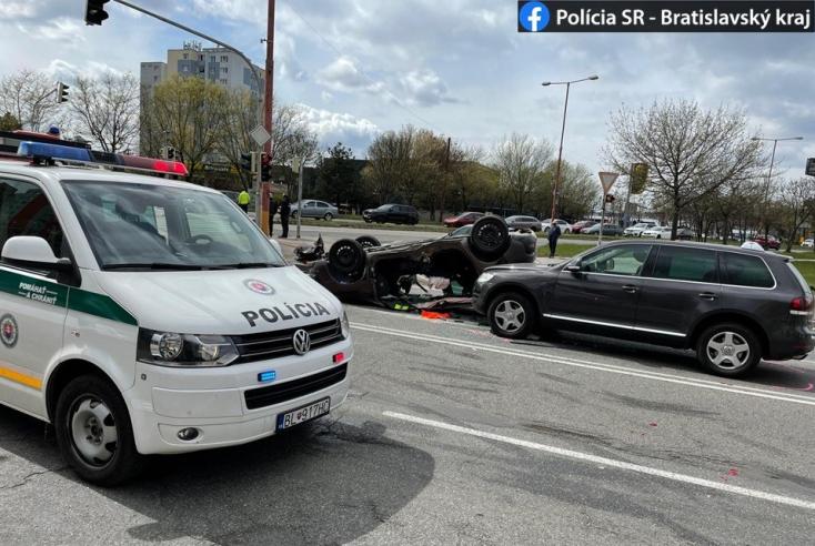 BALESET: A mellékútról kihajtó BMW öklelt fel egy Peugeot-t