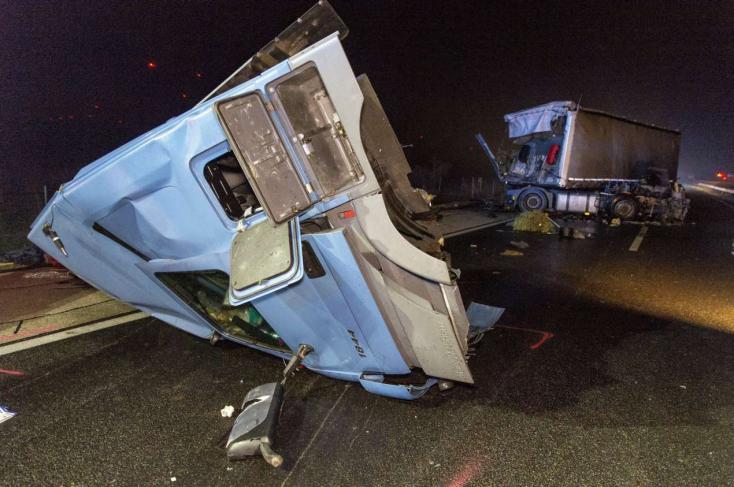 Álló buszba hajtott bele egy kamion Komáromnál az M1-esen!