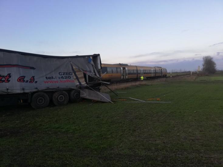 BALESET: Kamionnal ütközött a RegioJet szerelvénye