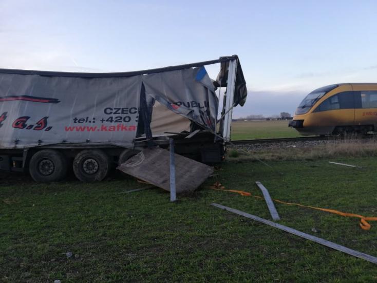 Még meg is állt a kamionos, mielőtt kihajtott a RegioJet elé!