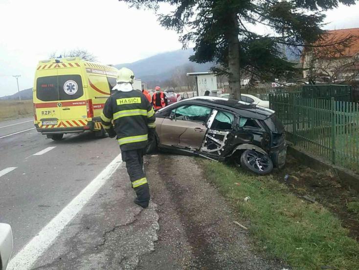 TRAGIKUS BALESET: Két személykocsi és egy kamion karambolozott, egy ember szörnyethalt