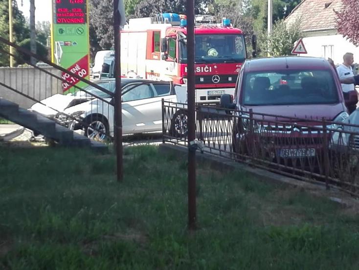 BALESET: Két autó karambolozott Nyékvárkonyban