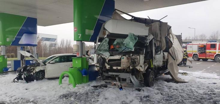 Brutális képeken a pozsonyi benzinkúti baleset