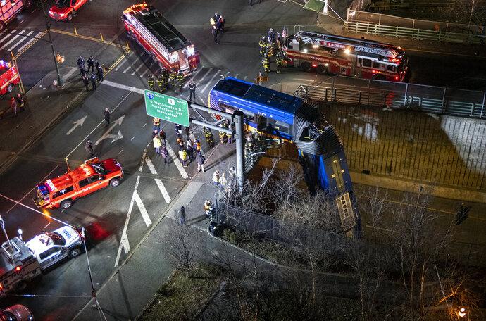 Félig lezuhant a felüljáróról egy csuklós buszNew Yorkban (videó)