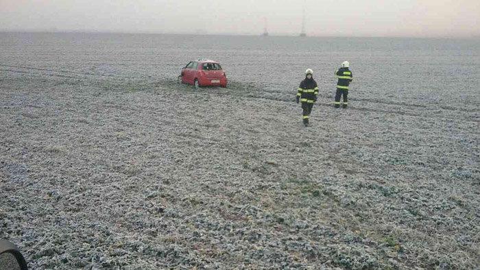 BALESET: Szántóföldön végezte az autó