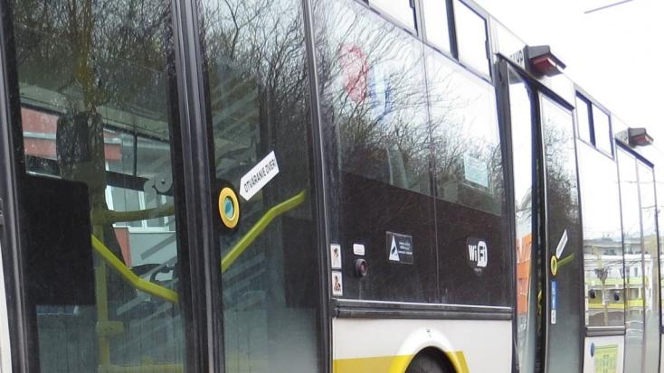 Kilépett a busz mögül, halálra gázolták a 41 éves férfit