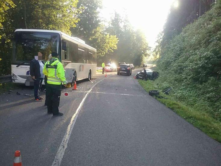 BALESET: Két buszba is belehajtott egy-egy személykocsi hétfőn reggel