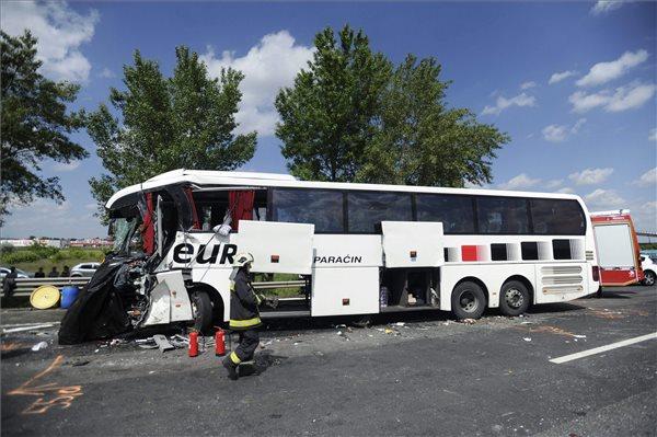 Turistabusz karambolozott Magyarországon - egy ember meghalt, sok a sérült!