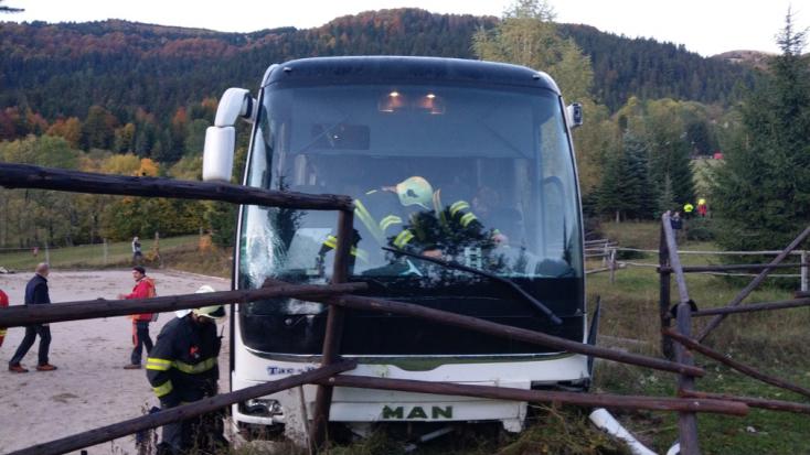 SÚLYOS BALESET: Lezuhant a lejtőn az autóbusz, sofőrje súlyosan megsérült
