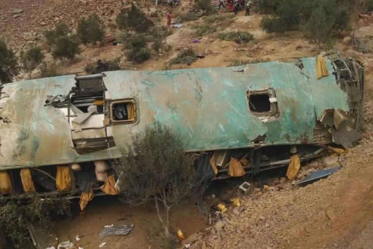 Legalább 35-en szörnyethaltak a szakadékba zuhant autóbuszban!