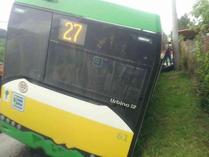 Menetrend szerinti szlovák busz hajtott az árokba, legalább 19 sérült!