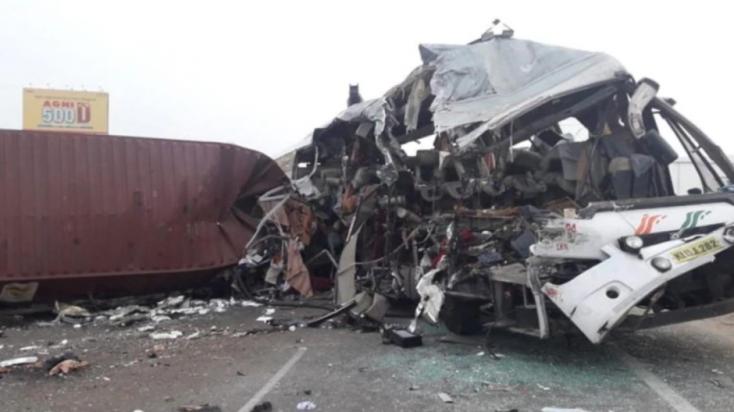 Frontálisan ütközött egy teherautó és egy autóbusz – legalább 19 ember meghalt!