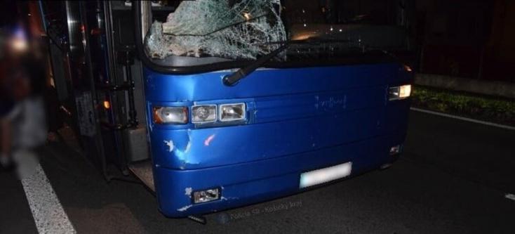 Szörnyű baleset: felborult egy turistákat szállító busz, legalább három ember meghalt