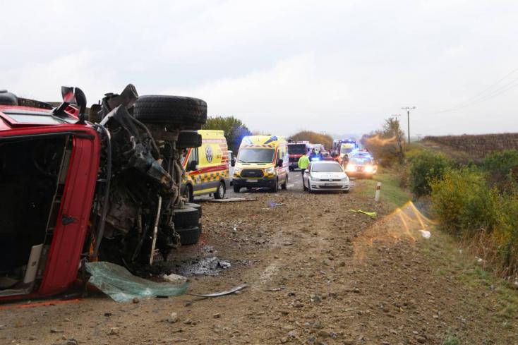 BORZALMAS BALESET: Teherautó és középsulisokkal teli autóbusz ütközött – 12 halott!