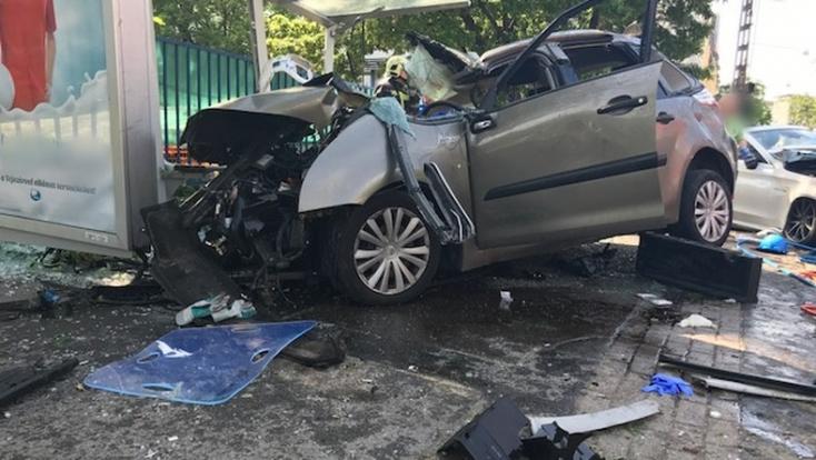 Buszmegállóba csapódott egy autó, meghalt egy férfi
