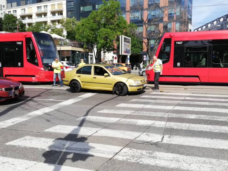 BALESET: Villamos és autó ütközött Pozsony belvárosában