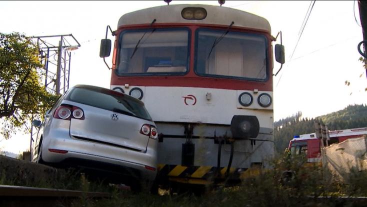 Figyelmen kívül hagyta a fényjelzést, összeütközött a vonat és az autó