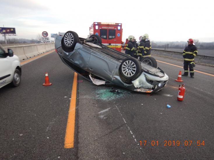 Ráfáztak a sofőrök, akik vezetés közben kamerázták egy baleset helyszínelését