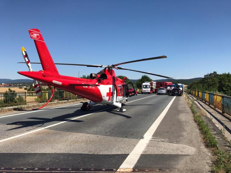 Felborult egy kamion – mentőhelikopterrel szállították kórházba a sofőrt
