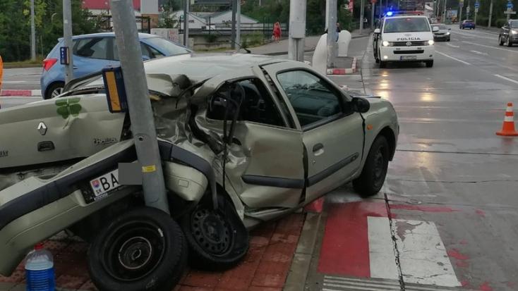 BALESET: Busszal ütközött egy személykocsi Pozsonyban, ketten megsérültek