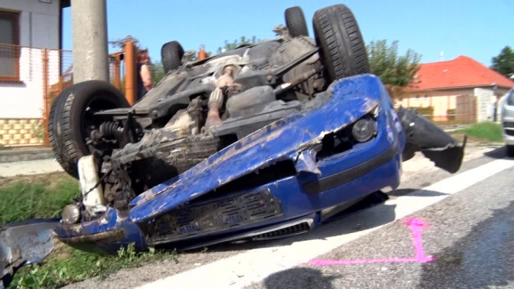 SZÖRNYŰ: Elaludhatott vezetés közben a 19 éves sofőr, oszlopnak csapódott