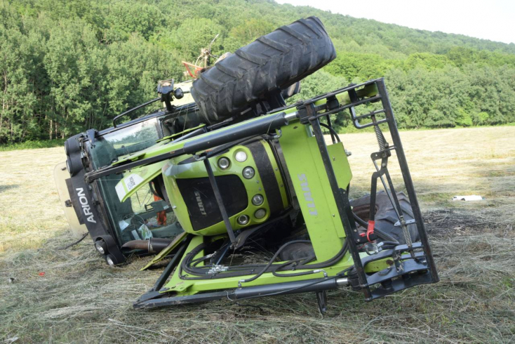 TRAGÉDIA: Felborult a traktorral, meghalt egy 22 éves traktorista!