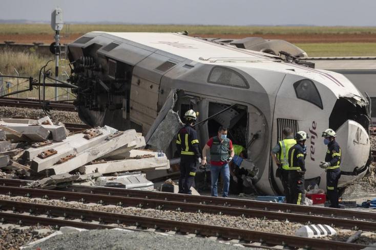 SZÖRNYŰ:Felüljáróról zuhant a vonat elé egy autó, a vonatvezetőaz autó sofőrjeis meghalt – FOTÓK