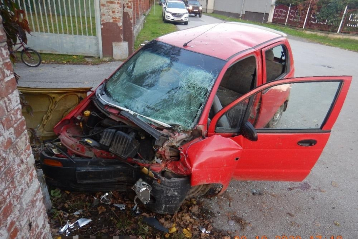 BALESET: Betonkerítésnek csapódott a pár órája vásárolt autójával egy férfi, egyik utastársa súlyosan megsérült