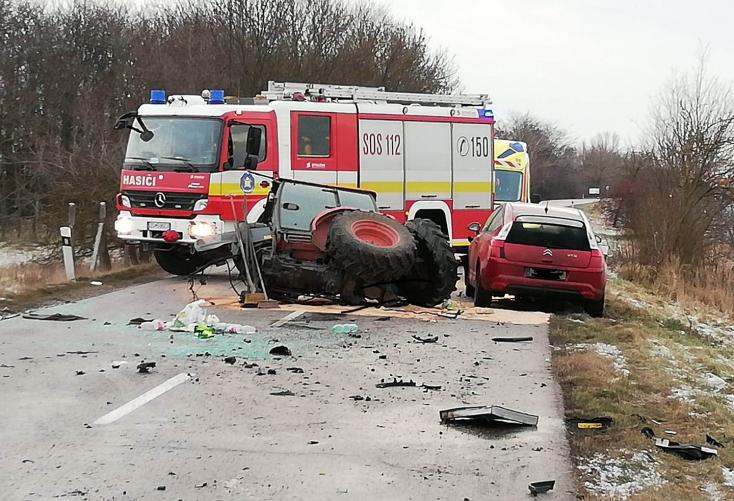 SÚLYOS BALESET: Darabjaira szakadt egy traktor, miután személykocsikkal karambolozott Csallóközcsütörtöknél