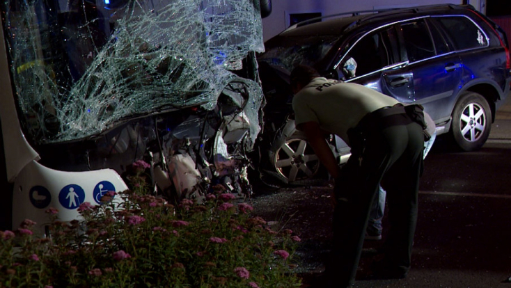 Frontálisan ütközött egy autóbusz és egy személyautó – utóbbi sofőrje életét vesztette