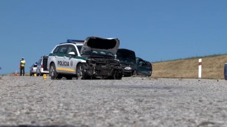 Bevetésre igyekvő rendőrautóval ütközött egy személyautó – utóbbi sofőrje életét vesztette