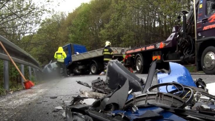 SÚLYOS BALESET: Négy jármű ütközött egy felelőtlen előzés miatt