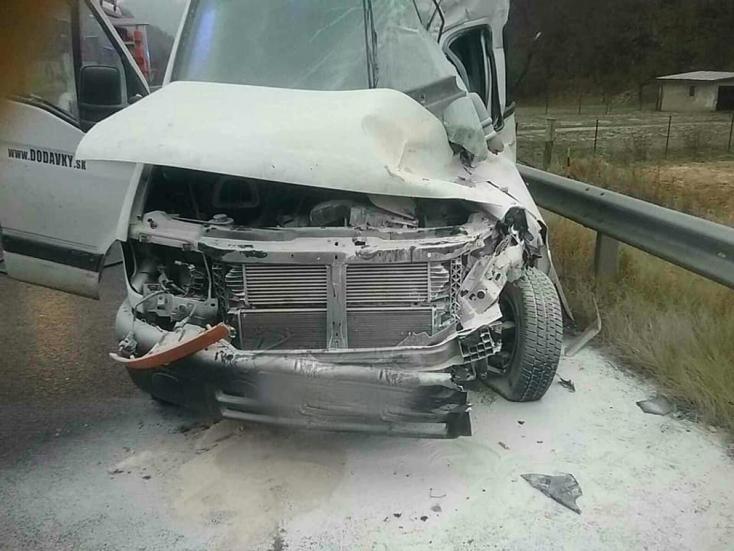 Egy személy meghalt, hárman megsérültek, miután egy kamion és egy furgon ütközött