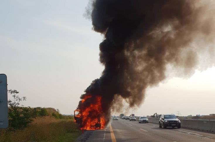 Furgon lángolt az autópályán (FOTÓK)
