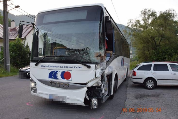 Családi ház kerítésének ütközött a távolsági busz, a sofőr részeg volt