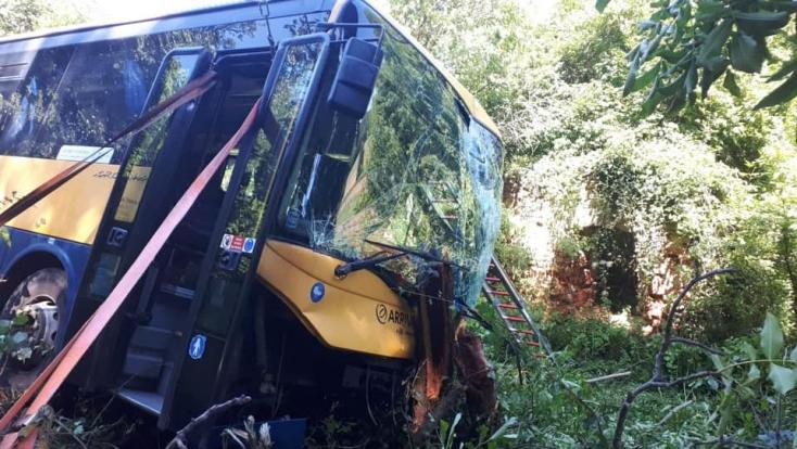 BALESET: Áttörte a szalagkorlátot az autóbusz - az árokban kötött ki